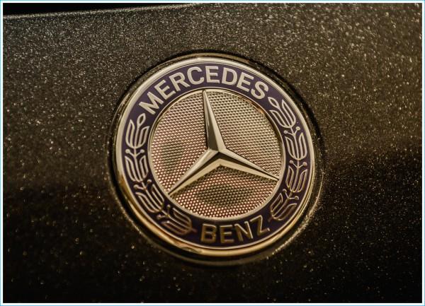 Les Mercedes Logos et les emblèmes